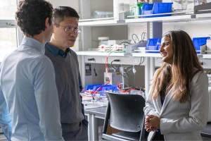 Keat Ghee Ong and other Knight Campus professors having a discussion in a lab